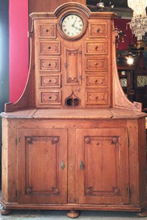 Eckschrank mit Uhr um 1780